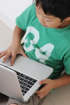 パソコンに夢中な子供